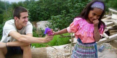 Una niña interactuando con un turista en Guatemala Foto:Tumblr