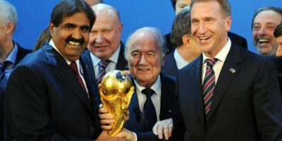 Sheikh Hamad, Emir de Catar; Joseph Blatter, presidente de FIFA e Igor Suvalov, primer ministro de Rusia, durante la elección de las sedes para los Mundiales 2018 y 2022, en diciembre 2010. Foto:AFP