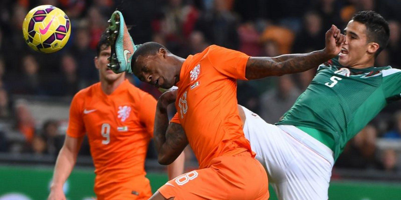 El holandés Georginio Wijnaldum y el mexicano Diego Reyes pelean la pelota, en un partido amistoso, celebrado en Ámsterdam Foto:AFP