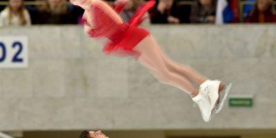 Haven Denney gira en el aire, durante su presentación con Brandon Franzier, en el Gran Premio de Patinaje Artístico de Mocú Foto:AFP