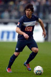 Durante un encuentro de la Copa Alemana, Kobiashvili, jugador del Herta Berlín, golpeó al árbitro Wolfgang Stark. Foto:Getty Images