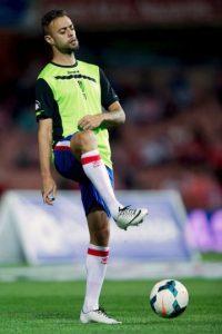 Benítez, jugador del Granada, arremetió ante el colegiado del encuentro contra el Real Madrid y terminó aventándole una botella de agua energética. Foto:Getty Images