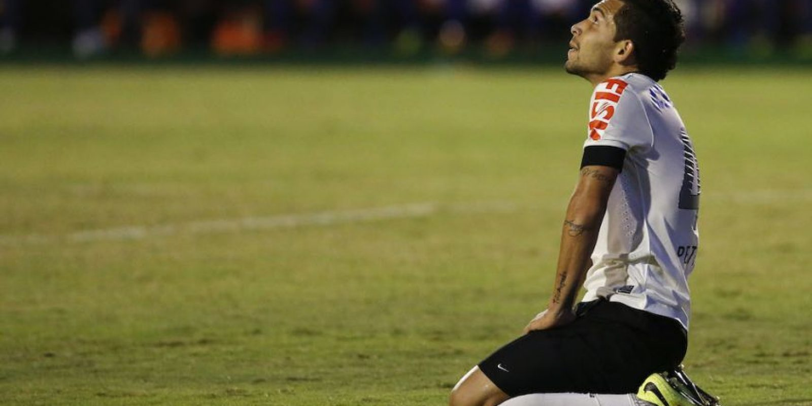 Al momento de disputar un balón en contra de un jugador del Santos, Petros del Corinthians empujó al colegiado. Fue el Tribunal Superior de Justicia Deportiva quien lo sancionó. Foto:Getty Images