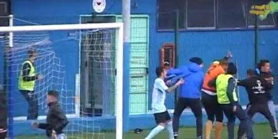 En marzo pasado, hinchas invadieron la cancha y se armó una tremenda pelea campal entre futbolistas y aficionados Foto:Youtube: Televomero Sport