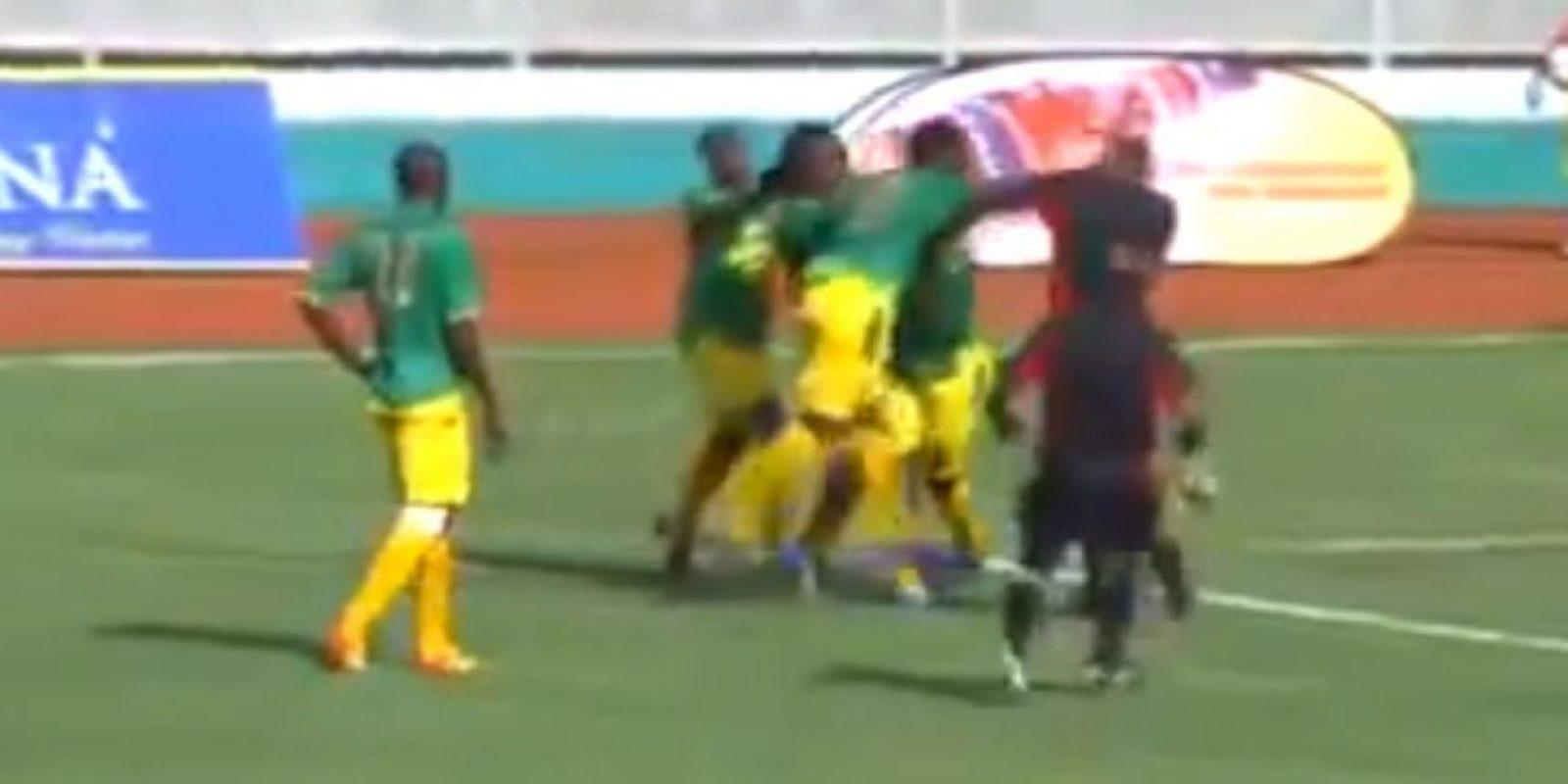 Evitando que el colegiado sacara la tarjeta roja a un compañero, Stephano Mwasika golpeó en la cara al árbitro. Foto:vía YouTube