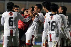 Pedrozo intentó ahorcar a un silbante después de que lo expulsara durante el Rangers vs. Concepción de la Liga chilena. Foto:Twitter