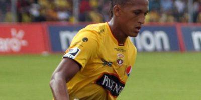 El entonces jugador del Barcelona de Ecuador intentó agredir al silbante del partido ante el Emelec. Foto:Twitter