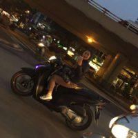 Una fan le tomó una foto, mientras conducía una motocicleta Foto:Facebook: David Beckham