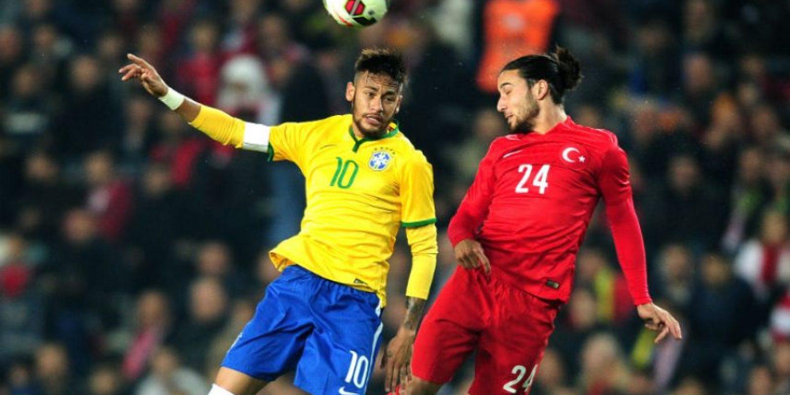 Neymar y Tarik Camdal disputan el balón, durante el amistoso entre Brasil y Turquía Foto:AFP