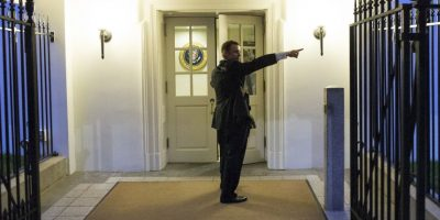 El intruso brincó la verja de la residencia presidencial y corrió 100 metros a la entrada de la residencia. Foto:AP