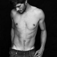 """Jamie Dornan era modelo y protagonista de editoriales de moda para las grandes revistas. También es actor, pero se hizo conocido por interpretar a Christian Grey en """"50 sombras de Grey"""". Aquí les dejamos sus fotos más sensuales Foto:Revista Homme"""