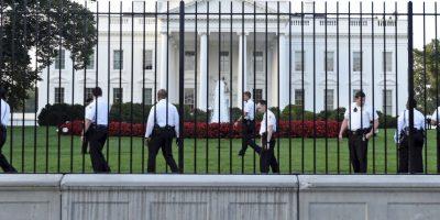 Agente de la Casa Blanca hablaba por teléfono cuando entró el intruso