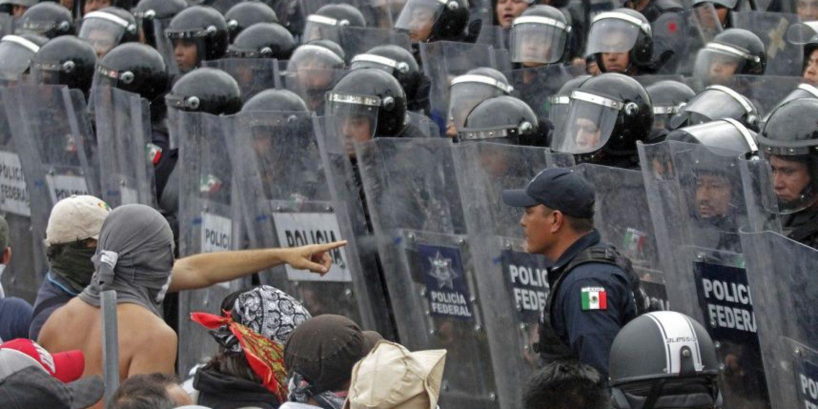 Decenas de personas, entre ellos el ahora ex alcalde de Iguala, José Luis Abarca, su esposa María de Los Ángeles Pineda. Foto:AFP