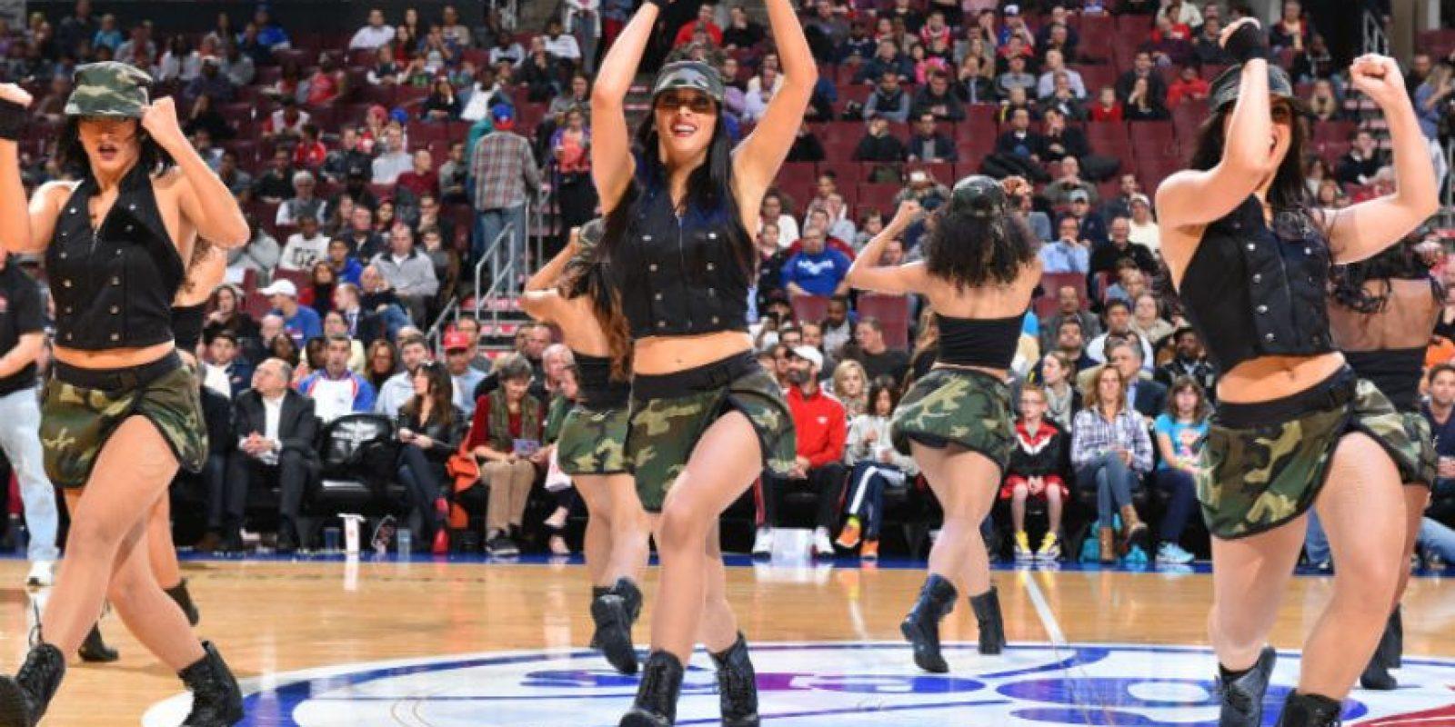 Con uniformes militares, estas bellezas animan el juego entre los Chicago Bulls y Philadelphia. Foto:AFP