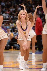 Entre las animadoras de los Ángeles Lakers, esta chica robó miradas. Foto:AFP