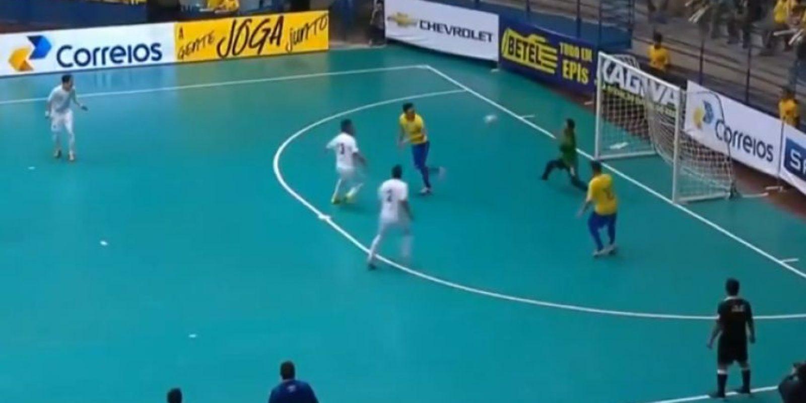 Recibió el balón de espaldas y con un taconazo asistió a su compañero Foto:Youtube: Footy-Goals.Com