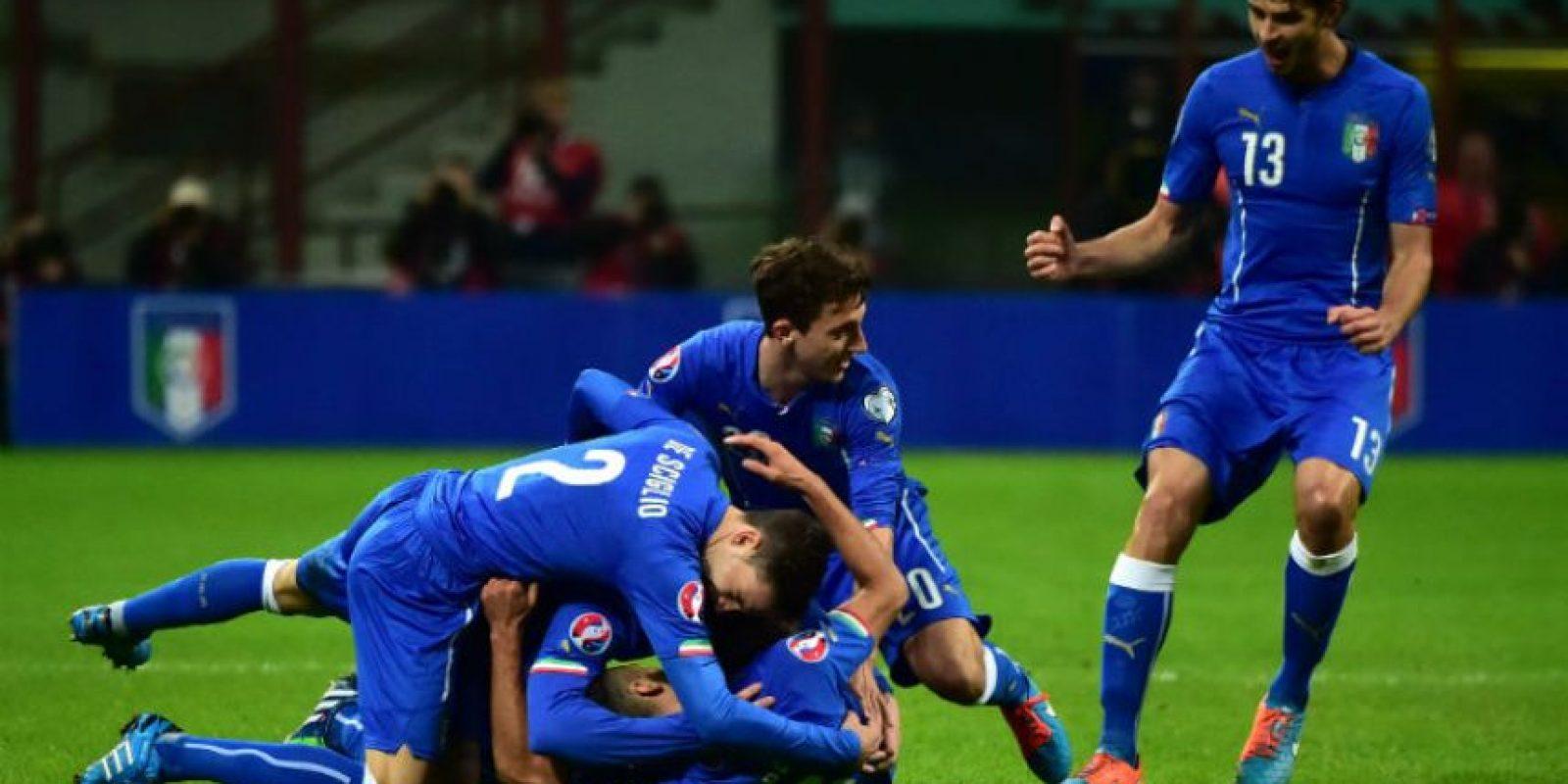 Antonio Candreva es felicitado luego de haber anotado el 1-0. Foto:AFP