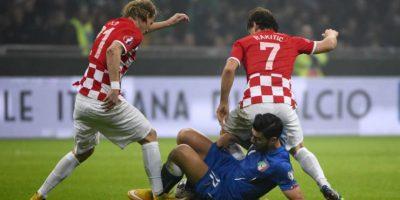 el italiano Graziano Pelle resiste ante los croatas vida y Rakitić. Foto:AFP