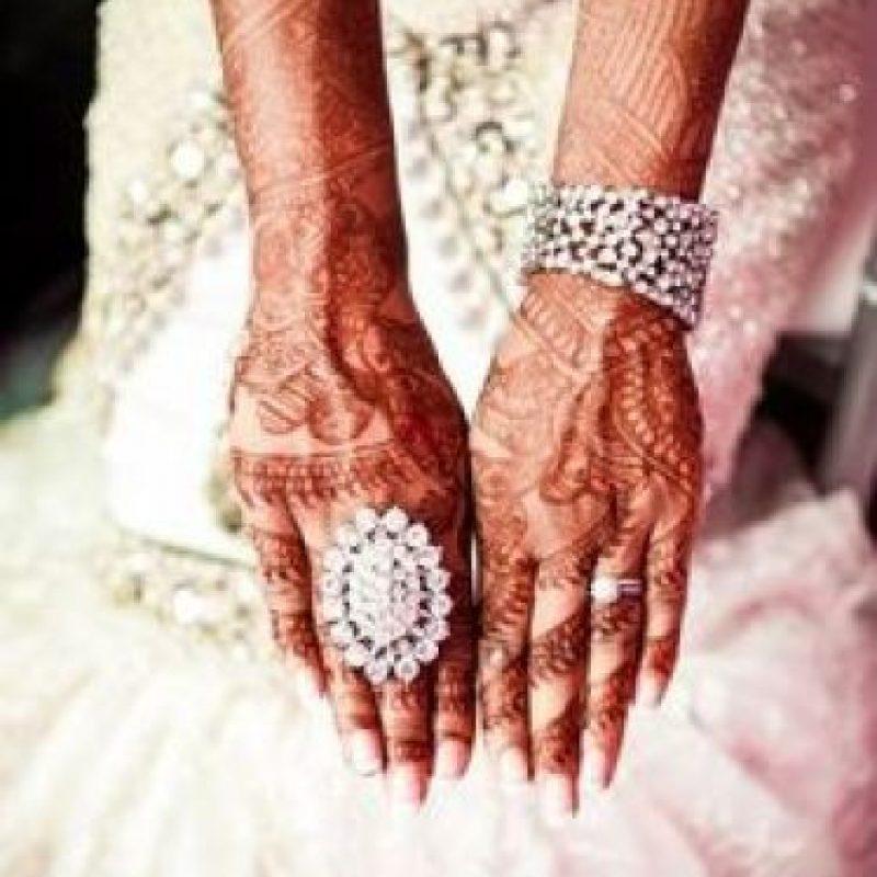 Además de arreglar su cabello y maquillarse, las futuras novias deben decorar sus manos y pies con tatuajes de hena. Foto:Pinterest/Khaleeji Weddings