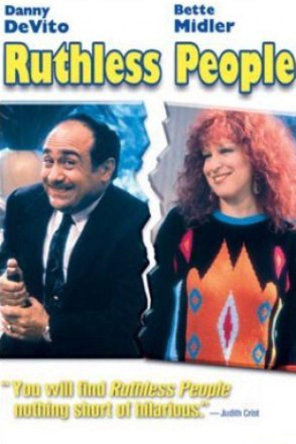 "En 1986 protagonizó ""Rutheless People"", cinta que nara la historia de un hombre que se casa para heredar una gran fortuna. Foto:iMDB"