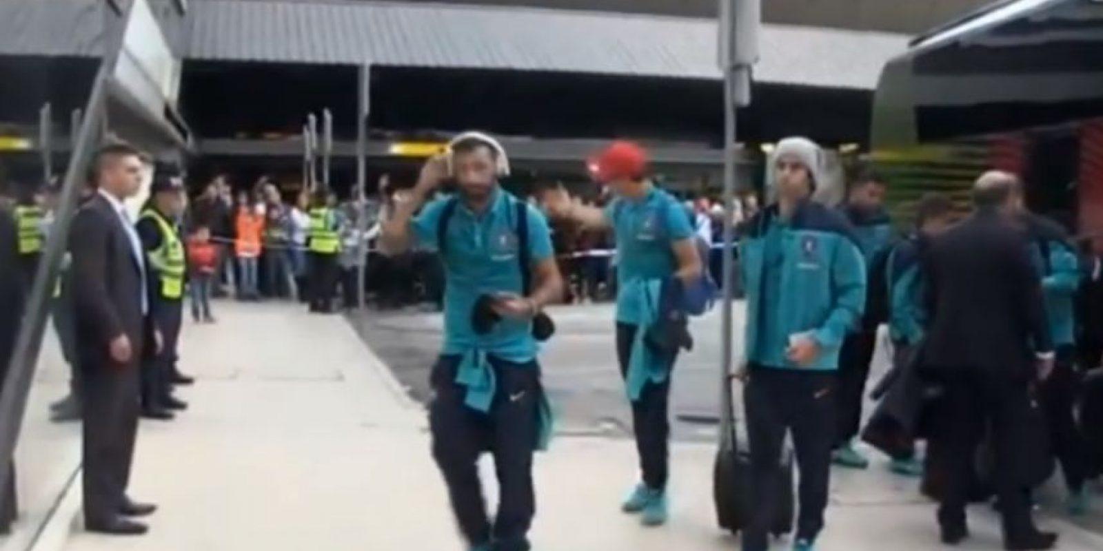 A la llegada de la Selección de Portugal al Aeropuerto de Manchester, CR7 le habló al pequeño Foto:Youtube: As.com
