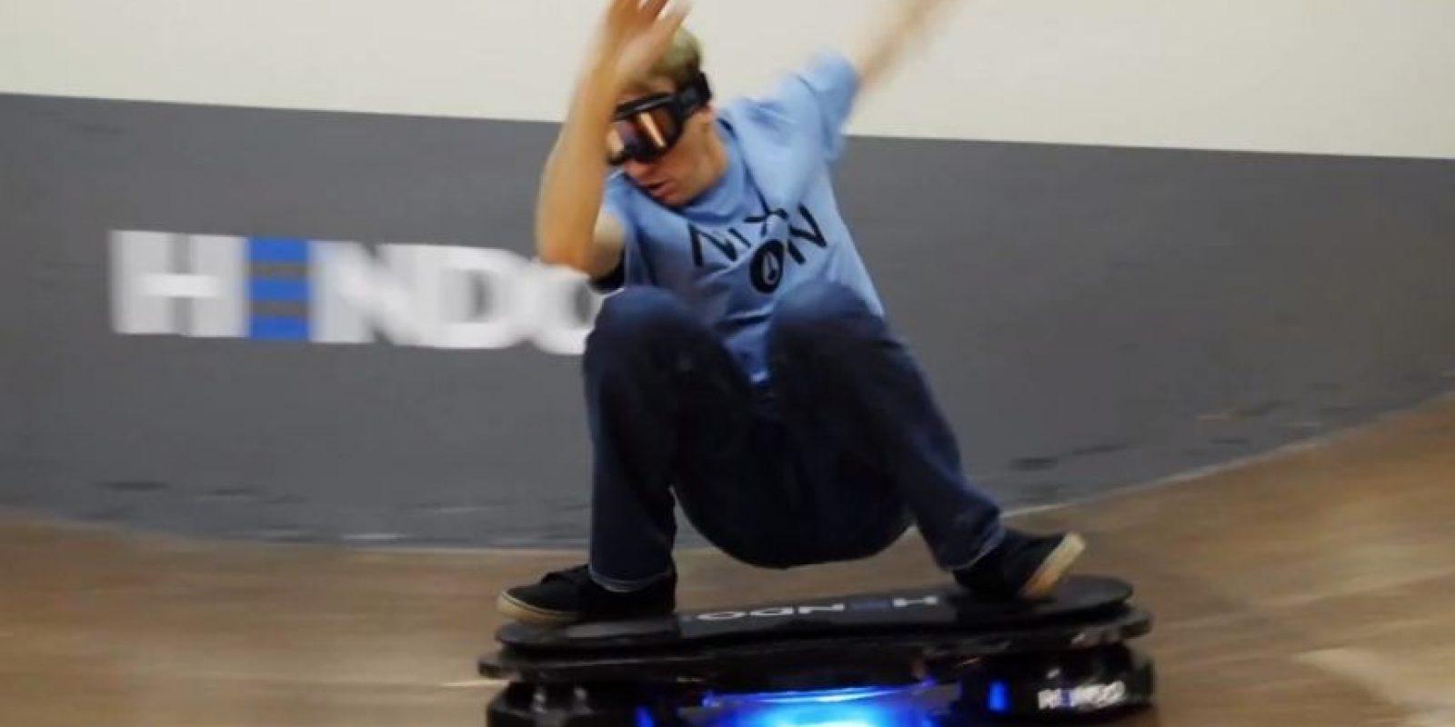 El estadounidense Tony Hawk probando la Hoverboard. Foto:Hendo Hover
