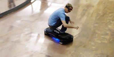 Hoverboard de igual forma se puede desplazar hacia los costados. Foto:Hendo Hover