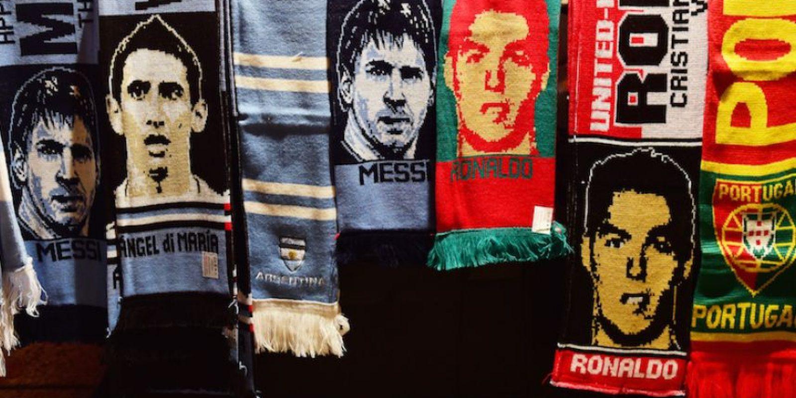 Bufandas de Messi y Cristiano Ronaldo. Foto:AFP