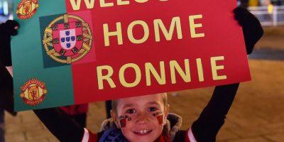 Un niño recibiendo a CR7 de nueva cuenta en Manchester. Foto:AFP