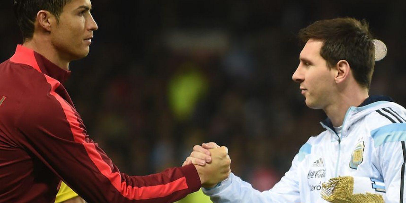 Messi y Cristiano tras la ceremonia de los himnos nacionales. Foto:AFP