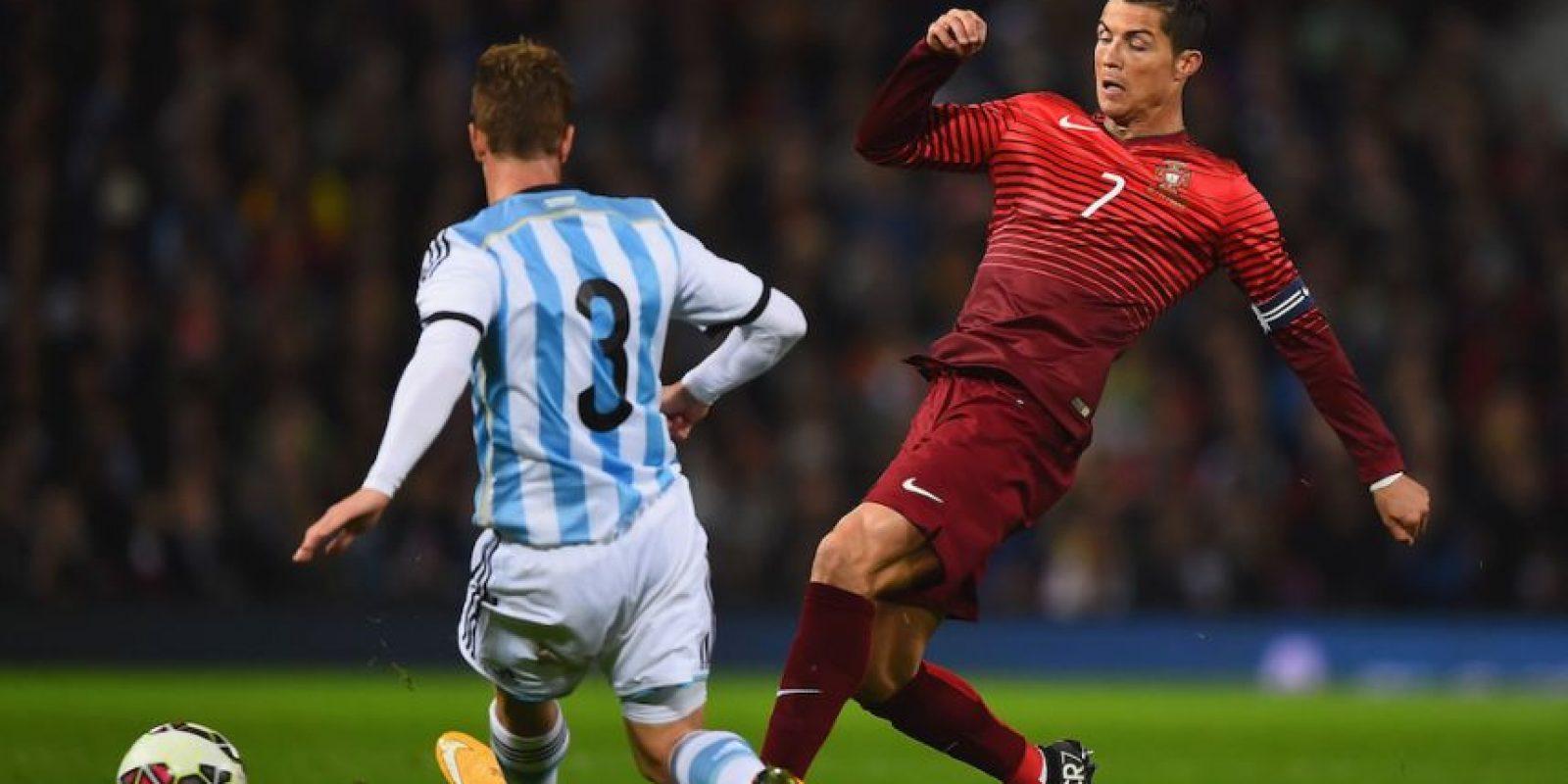 CR7 peleando un balón ante la zaga argentina. Foto:Getty Images