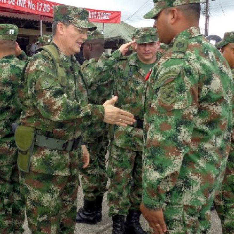 El general Rubén Dario Alzate, (izquierda) saluda a un soldado en Bogotá, Colombia. Foto:AP
