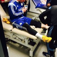 Messi tomando mate mientras recibe un masaje. Foto:facebook.com/LeoMessi
