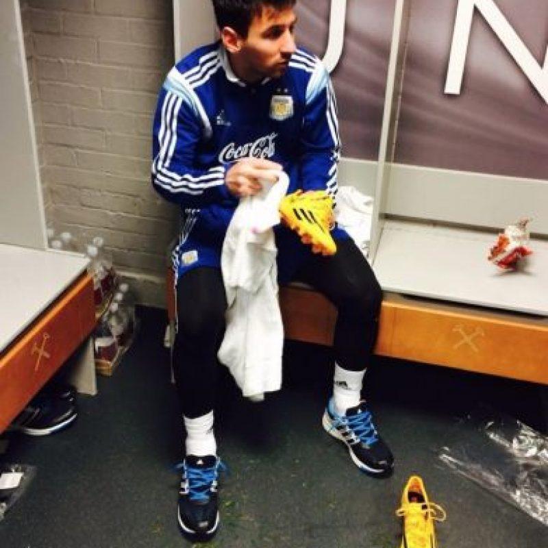Leo limpiando sus zapatos de juego. Foto:facebook.com/LeoMessi