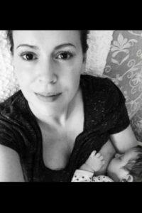 En cambio, las fotos de mujeres como la actriz, Alyssa Milano, simplemente mostraban a madres alimentando a sus hijos Foto:Twitter