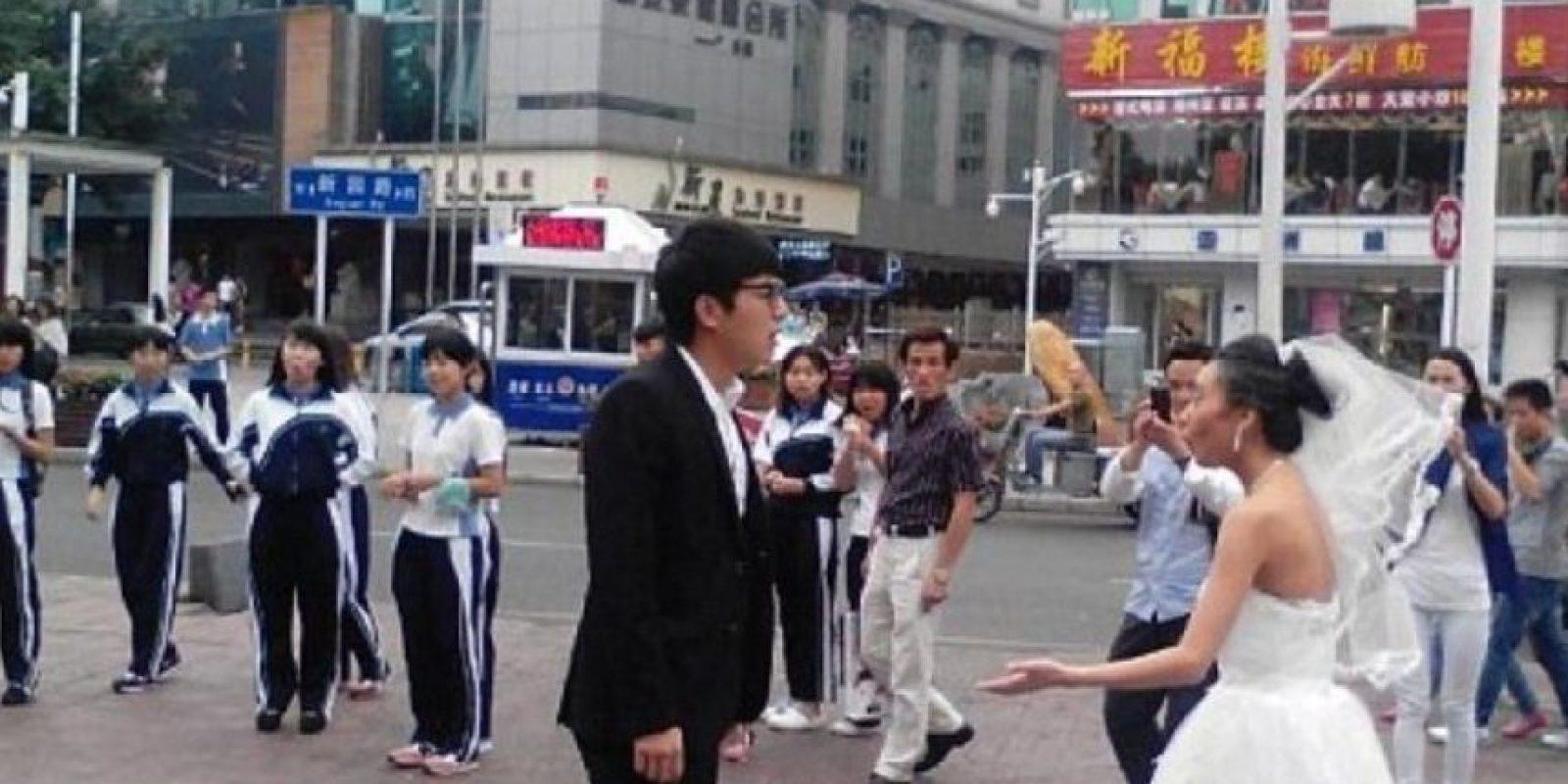 Pero el novio le exigió quitarse el maquillaje y la botó. Foto:Weibo