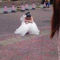 Ella lloró en plena vía. Foto:Weibo