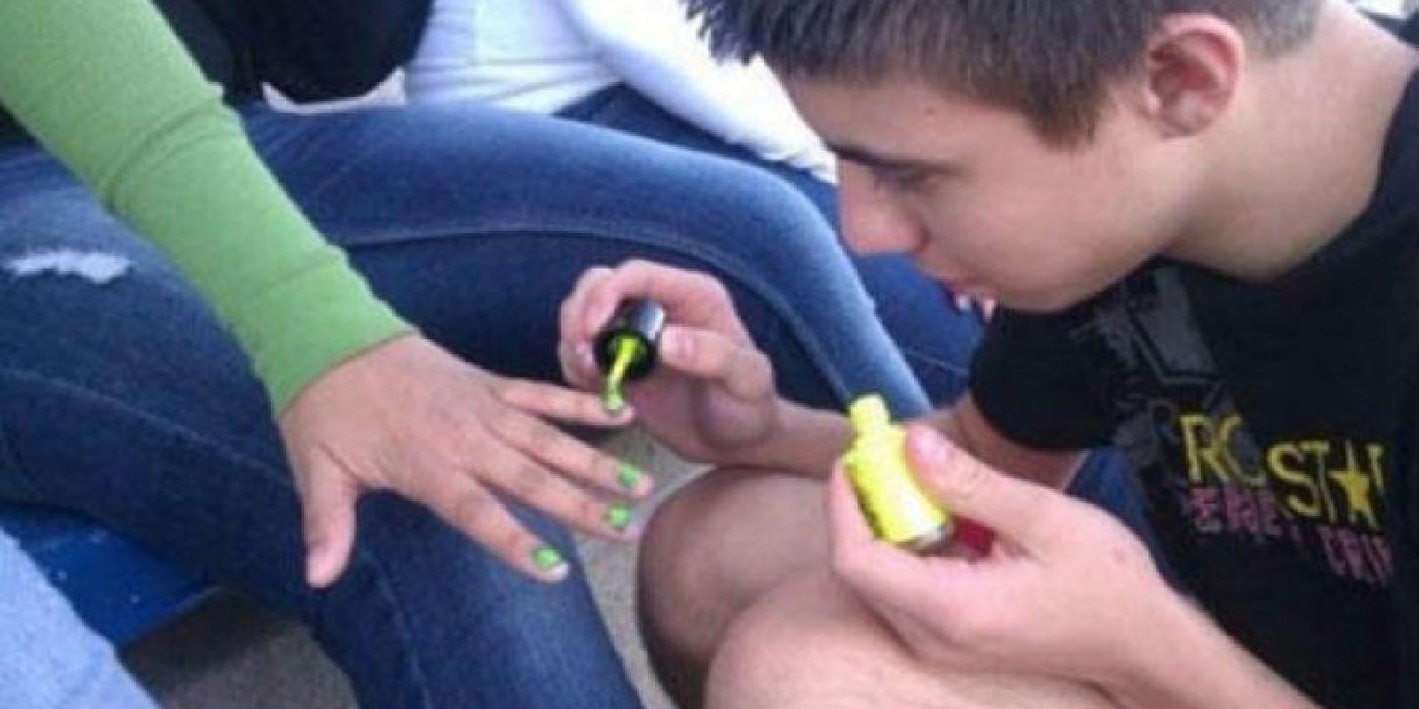 Este le pinta las uñas. Foto:The Chive