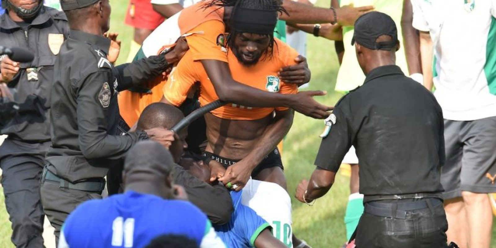 Aficionado invadieron el terreno de juego. Foto:AFP