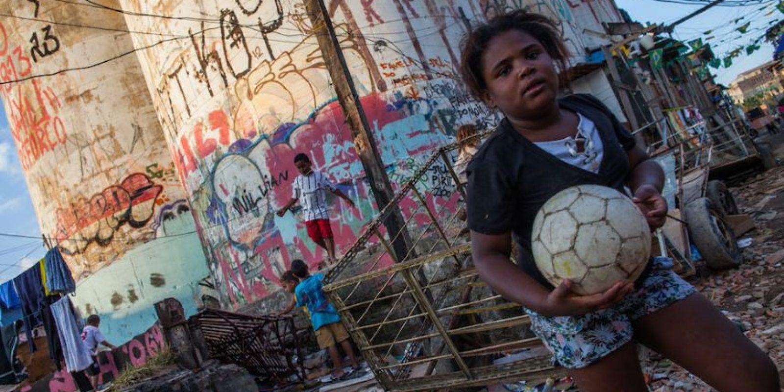 El balón, el amigo inseparable de los niños brasileños. Foto:Getty Images
