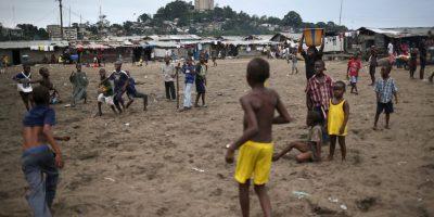 Niños juegan en Liberia, el país africano más azotado por el Ébola. Foto:Getty Images