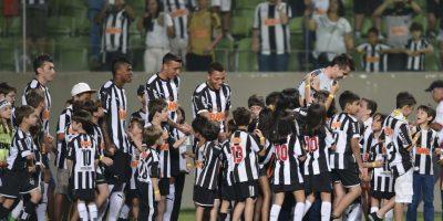 Pequeños fanáticos del club brasileño Atlético Mineiro junto a sus ídolos. Foto:Getty Images
