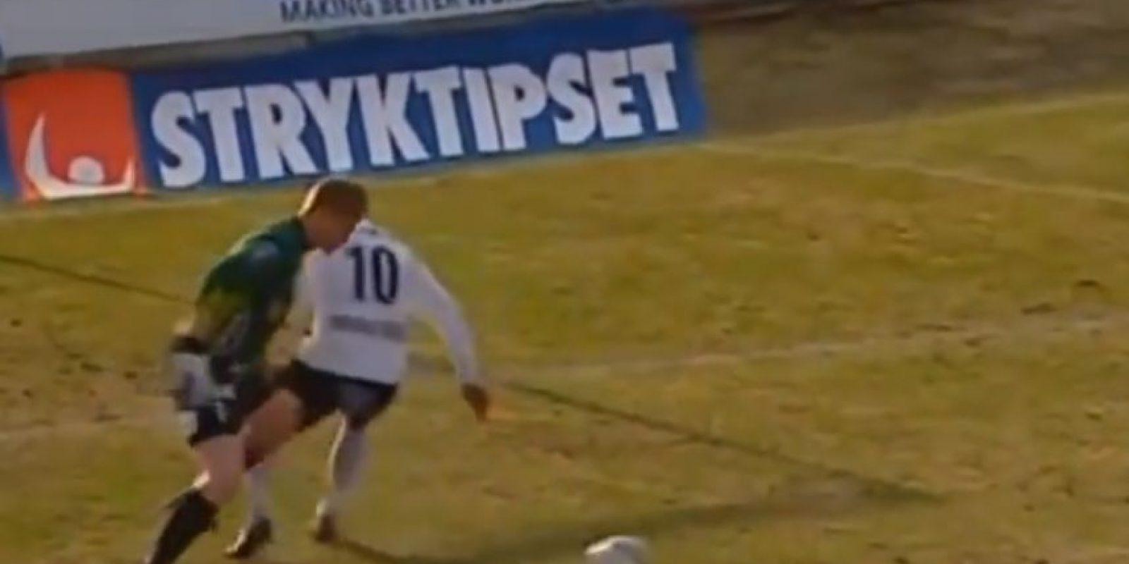 En 2013, en un partido entre el Hacken y Mjallby de Suecia, el arquero se lució con una espectacular jugada en su área Foto:Youtube: futboletetv