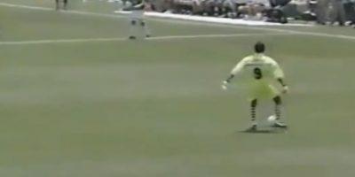Igual podía hacer atajadas espectaculares, que salir con los pies y burlar rivales Foto:Youtube: