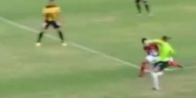 El portero del Deportivo Táchira de Venezuela salió de su área y le hizo un caño a un jugador del Deportivo Lara Foto:Youtube: futboletetv