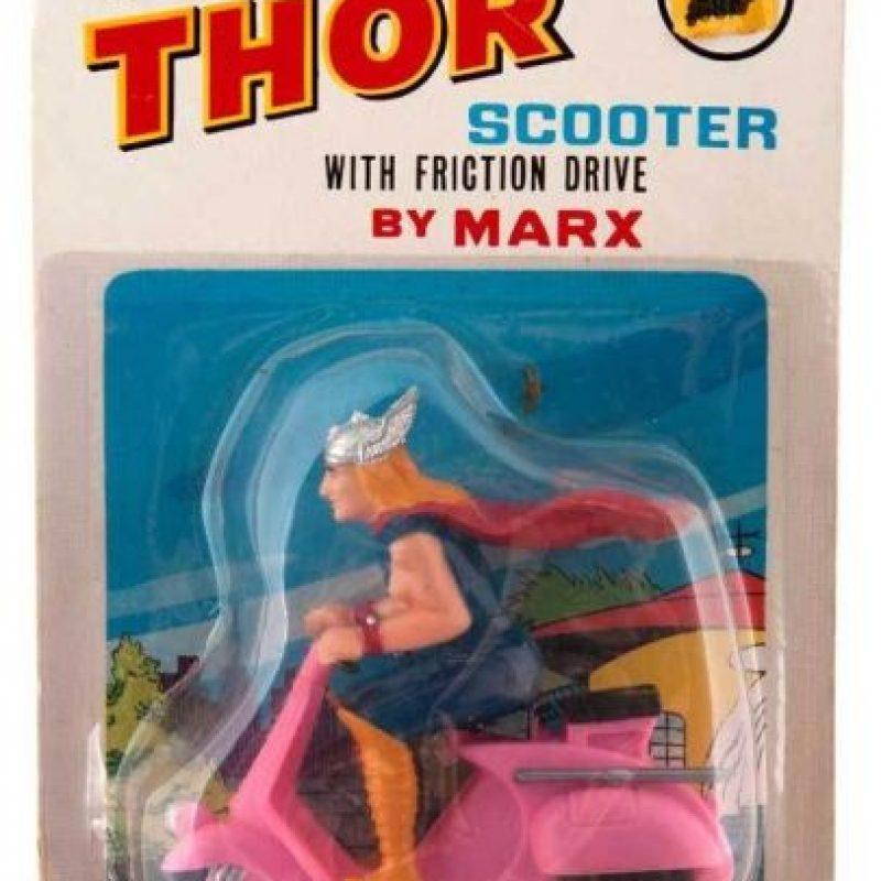 Para qué volar, Thor, si puedes irte en moto. Foto:Tumblr/Bootleg Toys