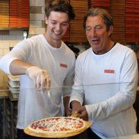 """Es dueño de un restaurante de pizzas, en Los Ángeles, llamado """"Blaze pizza"""" Foto:Facebook Patrick Schwarzenegger"""