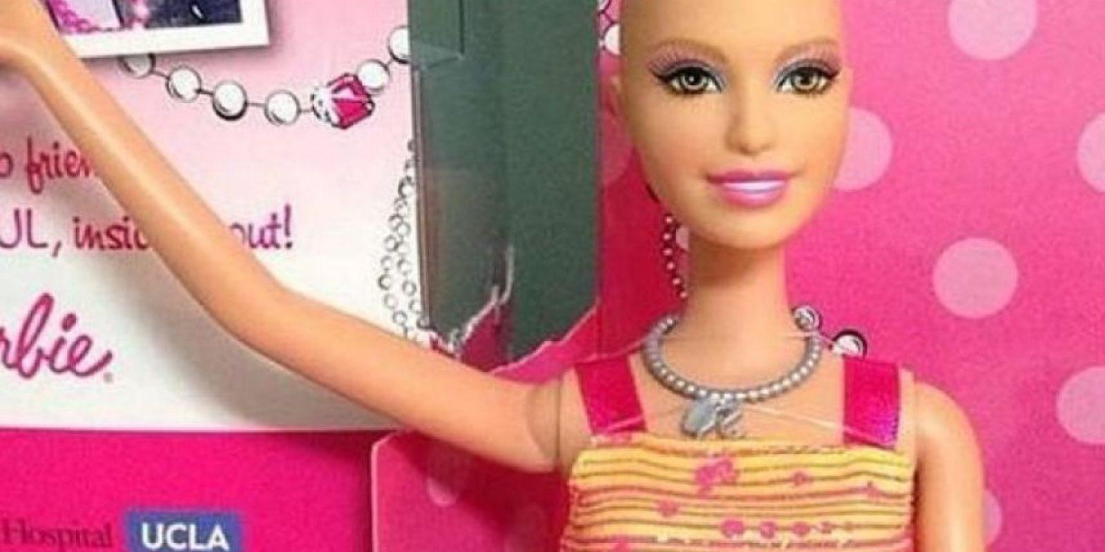 """Mattel sacó la línea especial """"Ella"""", una Barbie calva por los efectos de la quimioterapia. Así representaba a las niñas con cáncer y les daba motivación para ver su propia belleza. Foto:Ella/Facebook"""