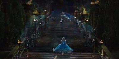 Cenicienta queda a merced de su malvada madrastra y de sus dos crueles y feas hermanastras para dedicarse a hacer las labores del hogar, convirtiéndose en la sirvienta de su propia casa Foto:Disney Movie Trailers
