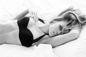 La actriz lució muy sensual Foto:Calvin Klein